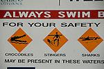 anneau Attention aux méduses crocodiles et requins sur la plage de Palm Cove au nord de Cairns  Queensland