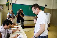ATENCAO EDITOR IMAGEM EMBARGADA PARA VEICULOS INTERNACIONAIS -  SAO PAULO, SP, 28 OUTUBRO 2012 - ELEICOES SP - SEGUNDO TURNO - CELSO RUSSOMANNO - O candidato derrotado do PRB a prefeitura de Sao Paulo Celso Russomanno acompanhado do filho Celsinho registra seu voto no Colegio Santo Americo na regiao sul da capital paulista, neste domingo, 28. (FOTO: WILLIAM VOLCOV / BRAZIL PHOTO PRESS).
