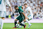 Toni Kroos (r) of Real Madrid fights for the ball with Victor Camarasa Ferrando of Real Betis during the La Liga 2017-18 match between Real Madrid and Real Betis at Estadio Santiago Bernabeu on 20 September 2017 in Madrid, Spain. Photo by Diego Gonzalez / Power Sport Images