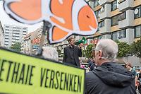 """Der Immobilienkonzern """"Deutsche Wohnen"""" will einen denkmalgeschuetzten Wohnblock mit 527 Wohnungen im Kreuzberger Milieuschutzgebiet kaufen.In dem Wohnblock in der Friedrichstrasse leben ca.1500 Menschen. Die Immobilien-Agentur Engel & Voelkers will den Block mit 22 Wohnhaeusern aus den 1970er Jahren im Auftrag einer Koelner Unternehmensgruppe als sog. Share-Deal verkaufen. Dies hebelt die Beschraenkungen im Milieuschutzgebiet aus, die Stadt koennte nicht von ihrem Vorkaufsrecht Gebrauch machen und und der Staat bekaeme auf Grund eine legalen Steuertricks keine Grunderwerbsteuer.<br /> Dagegen gingen am Freitag den 31. Mai 2019 Bewohner des Wohnblocks auf die Strasse.<br /> Im Bild: Kreuzbergs Baustadtrat Florian Schmidt (Gruene), spricht zu den Anwohnern.<br /> 31.5.2019, Berlin<br /> Copyright: Christian-Ditsch.de<br /> [Inhaltsveraendernde Manipulation des Fotos nur nach ausdruecklicher Genehmigung des Fotografen. Vereinbarungen ueber Abtretung von Persoenlichkeitsrechten/Model Release der abgebildeten Person/Personen liegen nicht vor. NO MODEL RELEASE! Nur fuer Redaktionelle Zwecke. Don't publish without copyright Christian-Ditsch.de, Veroeffentlichung nur mit Fotografennennung, sowie gegen Honorar, MwSt. und Beleg. Konto: I N G - D i B a, IBAN DE58500105175400192269, BIC INGDDEFFXXX, Kontakt: post@christian-ditsch.de<br /> Bei der Bearbeitung der Dateiinformationen darf die Urheberkennzeichnung in den EXIF- und  IPTC-Daten nicht entfernt werden, diese sind in digitalen Medien nach §95c UrhG rechtlich geschuetzt. Der Urhebervermerk wird gemaess §13 UrhG verlangt.]"""
