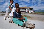Amérique du Sud. Equateur. Trekking sur les volcans d'Equateur. Jeune métis sur le toit de l'Autoferro , un pitoresque bus sur rail  qui descend les pentes escarpées des Andesd d'Ibarra  vers San Lorenzo au bord du Pacifique.South America. Ecuador. Jeunes de Parrambas sur un skate de leur fabricationTrekking on the volcanoes