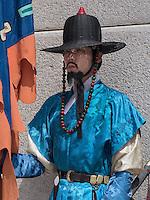 Wächter in traditioneller Uniform am Gwanghwamun Tor des Palast  Gyeongbukgung in Seoul, Südkorea, Asien<br /> guard in traditional uniform at Gwangwhamun gate of  palace Gyeongbukgung in Seoul, South Korea, Asia