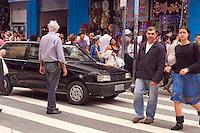 SAO PAULO,SP, 03 DE DEZEMBRO DE 2011 - TRANSITO - DESRESPEITO AO PEDESTRE - Semafaro no amarelo piscante no cuzamento das Ruas Carlos de Souza Nazare, região central da cidade, faz com pedestres disputem uma chance para atravessar a rua, na faixa de pedestre, no entanto, na esquina dessas ruas 4 policiais militares conversam e nada fazem para minimizar o problema e prevenir acidente. Foto Ricardo Lou- News Free