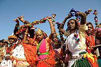 INDIA Madhya Pradesh Khargone , tribals celebrate feast with dance and music / INDIEN Madhya Pradesh Khargone , Adivasi feiern ein Fest mit Tanz und Musik