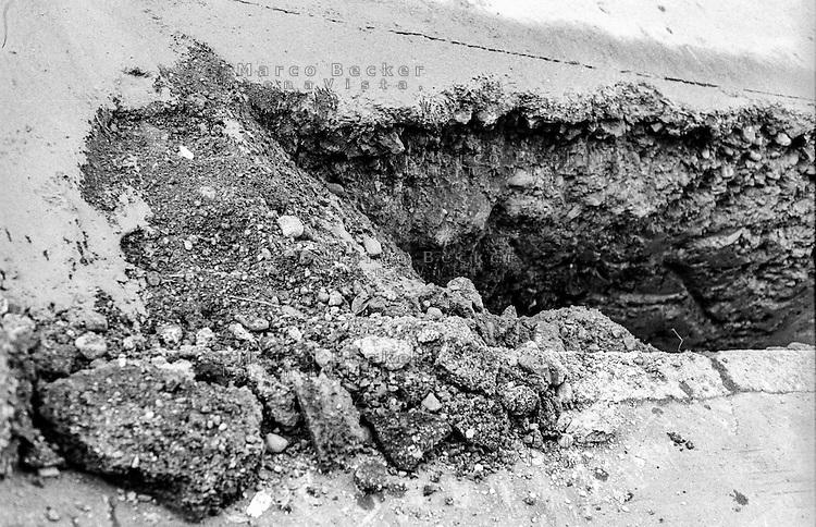Milano, lavori stradali per le condutture del gas. Il suolo sotto al taglio nell' asfalto --- Milan, road works for gas pipelines. The soil under the cut in the asphalt