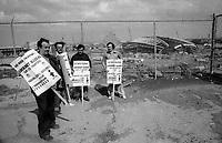 Lock Out<br /> sur le chantier olympique, 11 juin  1974<br /> <br /> PHOTO D'ARCHIVE : Agence Quebec Presse - Alain Renaud