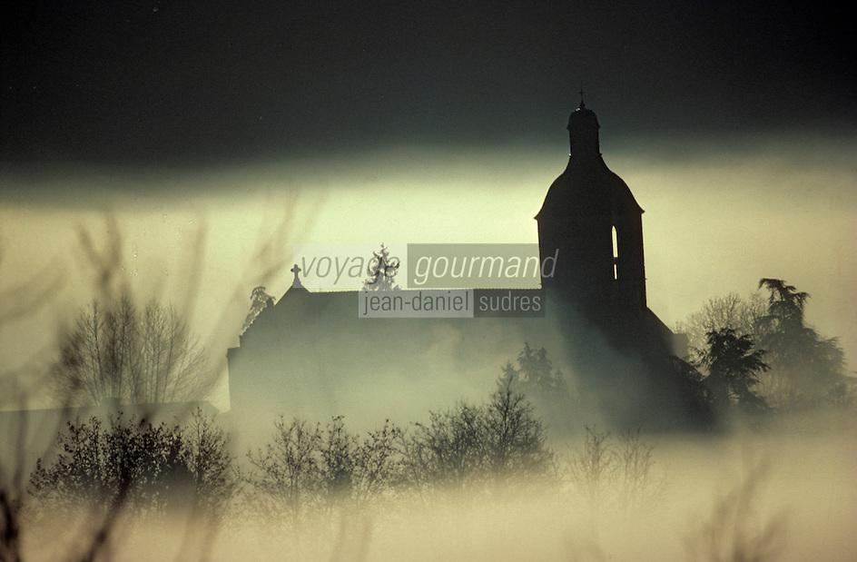 Europe/France/Midi-Pyrénées/46/Lot/Vallée du Célé/Figeac: Eglise Notre-Dame-du-Puy émergeant de la brume