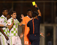 ENVIGADO - COLOMBIA -14 -08-2015:  Carlos Anaya (Der.) arbitro, muestra tarjeta amarilla a Andres Mosquera (2Der.), jugador de Envigado FC, durante partido por la fecha 6 entre Envigado FC y Boyaca Chico FC, de la Liga Aguila II-2015, en el estadio Polideportivo Sur de la ciudad de Envigado. / Carlos Anaya (L), referee, shows yellow card to Andres Mosquera (2R), player of Envigado FC during a match of the 6 date between Envigado FC and Boyaca Chico FC, for the Liga Aguila II -2015 at the Polideportivo Sur stadium in Envigado city. Photo: VizzorImage. / Leon Monsalve / Str.