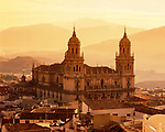 Spanien, Andalusien, Provinz Jaén, Stadt Jaén: im Nordosten Andalusiens gelegen, im Tal des Guadalquivir, die Kathedrale Jaén in stimmungsvollem goldenen Licht | Spain, Andalusia, Jaén Province, Jaén: town in the North-East of Andalusia in Guadalquivir Valley with Jaén Cathedral in Moody Golden Light