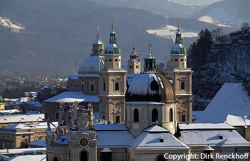 Blick vom Mönchsberg, Altstadtkirchen  in  Salzburg, Österreich