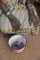 NIGER Zinder, Dorf BABAN TAPKI, Caritas CADEV Projekte Ernaehrungssicherung, alte Frau erhaelt Nahrungsmittelhilfe / NIGER Zinder, village BABAN TAPKI, old woman receives food supply from Caritas CADEV