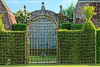 """Les jardins du prieuré d'Orsan : """"le Parterre"""" et le portail<br /> <br /> Mention obligatoire du nom du jardin et pas d'usage publicitaire sans autorisation préalable."""