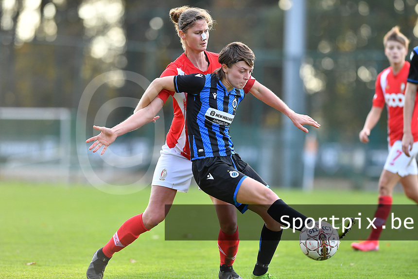 Standard's Ellen Charlier pictured in a fight for the ball with Debbie Decoene (21 Brugge) during a female soccer game between Standard Femina de Liege and Club Brugge YLA on the seventh matchday of the 2020 - 2021 season of Belgian Scooore Womens Super League , saturday 14 th of November 2020  in Angleur , Belgium . PHOTO SPORTPIX.BE | SPP | DAVID CATRY