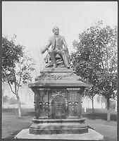 Quartier Saint-Jean-Baptiste - Grande Allee Est - Monument Francois-Xavier Garneau  vers 1915<br /> <br /> PHOTO : studio Livernois