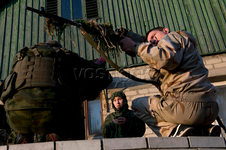 Tanya, Scharfschuetzin der pro-russischen Separatisten, Portrait, Donezk, Ukraine, 10.2014,  19-years old female sniper of the DNR (Donetsk People's Republic) Army with her comrades at the impovised DNR military base o the suburb of Donetsk. ***HIGHRES AUF ANFRAGE*** ***VOE NUR NACH RUECKSPRACHE***