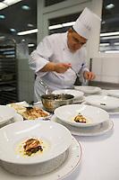 Europe/France/Auvergne/43/Haute-Loire/Saint-Bonnet-le-Froid: Restaurant des Cimes de Régis et Jacques Marcon-Trois étoiles au Michelin - En Cuisine Préparation du homard en aigre-doux Chaud froid d'amandes et champignons