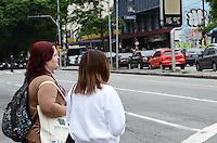 ATENCAO EDITOR: FOTO EMBARGADA PARA VEICULOS INTERNACIONAIS. SAO PAULO, SP, 14 DE NOVEMBRO DE 2012 - Paulistano vive manha de baixas temperaturas e garoa fina na regiao central da capital, nesta quarta feira, 14, vespera de feriado.  FOTO: ALEXANDRE MOREIRA - BRAZIL PHOTO PRESS.