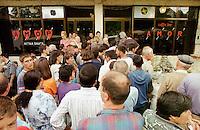 In der Ortschaft Orahovac lebten vor dem Kosovo-Krieg Kosovo-Serben und Kosovo-Albaner zusammen. Nun ist die serbische Bevoelkerung vor den Kosovo-Albanern in den oberen Teil des Ortes gefluechtet. Hinzu kamen etliche Fluechtlinge aus den Bergen und der Umgebung. Mittlerweile leben nahezu 3.500 Menschen auf engstem Raum.<br /> Hier: Das Internationale Rote Kreuz (ICRC) ist mit drei Satelitentelefonen in die Enklave gekommen und bietet 3 Stunden lang die Moeglichkeit mit Angehoerigen zu telefonieren. Bei einer genehmigten Gespraechsdauer von 1 Minute koennen 540 Personen an die Telefone.<br /> Orahovac/Jugoslawien, 2.8.1999<br /> Copyright: Christian-Ditsch.de<br /> [Inhaltsveraendernde Manipulation des Fotos nur nach ausdruecklicher Genehmigung des Fotografen. Vereinbarungen ueber Abtretung von Persoenlichkeitsrechten/Model Release der abgebildeten Person/Personen liegen nicht vor. NO MODEL RELEASE! Don't publish without copyright Christian-Ditsch.de, Veroeffentlichung nur mit Fotografennennung, sowie gegen Honorar, MwSt. und Beleg. Konto: I N G - D i B a, IBAN DE58500105175400192269, BIC INGDDEFFXXX, Kontakt: post@christian-ditsch.de<br /> Urhebervermerk wird gemaess Paragraph 13 UHG verlangt.]