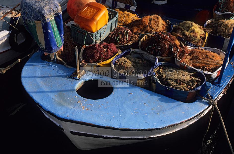Europe/Chypre/Letchi : Filet de pêche et bateau sur le port