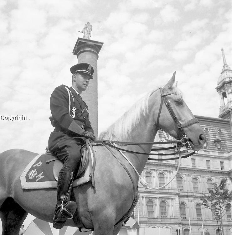 Policier ˆ cheval sur la Place Jacques-Cartier, 1967<br /> <br /> Photographie par RhŽal Benny