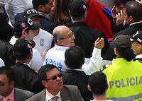BOGOTA-COLOMBIA: 09-04-2013: Luis Eduardo Montenegro (Cent.) Fiscal General de la Nación marchó por la Paz en las calles de Bogotá, abril 9 de 2013. Miles de Colombianos marcharon por la Paz en las calles de las principales ciudades del País. La jornada comenzó pasadas las ocho de la mañana en el monumento de los Caídos, en el occidente de Bogotá y se dirigió a la Plaza de Bolívar en el centro de la capital colombiana. (Foto: VizzorImage / Luis Ramírez / Staff.) Luis Eduardo Montenegro (C) General Attorney of the Nation marched for Peace in the streets of Bogota, April 9, 2013. Thousands of Colombians for Peace marched in the streets of the main cities. The day began just after eight o'clock in the Memorial Monument in western Bogota and went to the Plaza Bolivar in downtown Bogota. (Photo: VizzorImage / Luis Ramirez / Staff.)