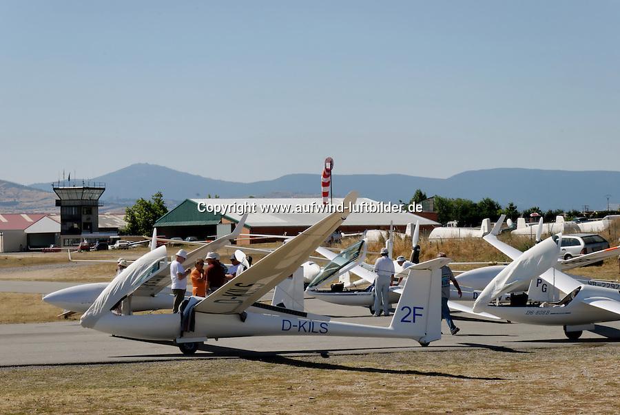 Fuentemilanos: SPANIEN, KASTILIEN LEON, SEGOVIA, 10.08.2008:Segelflugzeug warten auf den Start in Fuentemilanos, .c o p y r i g h t : A U F W I N D - L U F T B I L D E R . de.G e r t r u d - B a e u m e r - S t i e g 1 0 2, .2 1 0 3 5 H a m b u r g , G e r m a n y.P h o n e + 4 9 (0) 1 7 1 - 6 8 6 6 0 6 9 .E m a i l H w e i 1 @ a o l . c o m.w w w . a u f w i n d - l u f t b i l d e r . d e.K o n t o : P o s t b a n k H a m b u r g .B l z : 2 0 0 1 0 0 2 0 .K o n t o : 5 8 3 6 5 7 2 0 9.C o p y r i g h t n u r f u e r j o u r n a l i s t i s c h Z w e c k e,  V e r o e f f e n t l i c h u n g  n u r  m i t  H o n o r a r  n a c h M F M, N a m e n s n e n n u n g  u n d B e l e g e x e m p l a r !...
