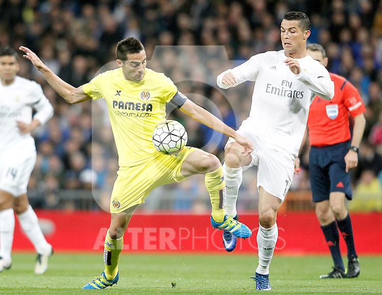 Real Madrid's Cristiano Ronaldo (r) and Villareal's Bruno Soriano during La Liga match. April 20,2016. (ALTERPHOTOS/Acero)