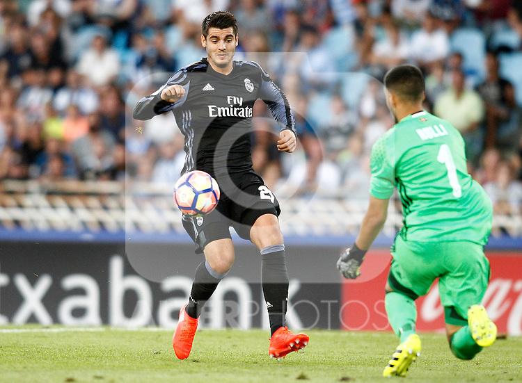 Real Sociedad's Geronimo Rulli (r) and Real Madrid's Alvaro Morata during La Liga match. August 21,2016. (ALTERPHOTOS/Acero)