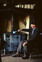 Europe/France/Auvergne/15/Cantal/env de Vic sur Cère: vie rurale vieil agriculteur devant le fourneau de sa cuisine [Non destiné à un usage publicitaire - Not intended for an advertising use]<br /> PHOTO D'ARCHIVES // ARCHIVAL IMAGES<br /> FRANCE 1980