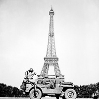 Soldiers of the 4th U.S. Infantry Division look at the Eiffel Tower in Paris, after the French capital had been liberated on August 25, 1944. John Downey.  (OWI)<br /> NARA FILE #:  208-MFI-3B-1<br /> WAR & CONFLICT BOOK #:  1058