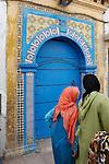Marokko, Region Marrakesch-Tensift-El Haouz, Essaouira an der Atlantikkueste: zwei Frauen mit Kopftuechern vor einer marokkanischen Tuer in der Medina (Altstadt) | Morocco, Region Marrakesh-Tensift-El Haouz, Essaouira at the Atlantic Coast: Moroccan door in the medina