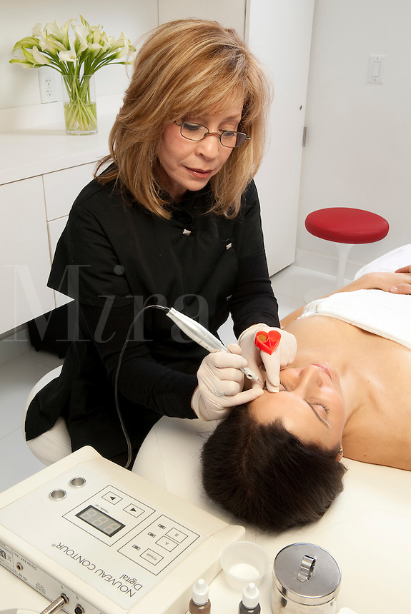 Micropigmentation procedure for the eyebrows, permanent make-up.