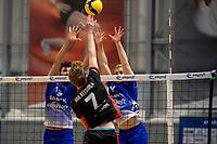 27-02-2021: Volleybal: Amysoft Lycurgus v Computerplan VCN: Groningen VCN  speler  Tom van Reeuwijk slaat de bal over het blok