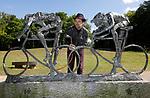 Foto: VidiPhoto<br /> <br /> DE BILT - Op het Beeldenpark Beerschoten van het gelijknamige landgoed in De Bilt, werkt de zoon van de bekende beeldend kunstenaar Jits Bakker, Tibo, dinsdag aan een van de herplaatste beelden. Het beeldenpark wordt op dit moment opnieuw ingericht en replica's van eerder gestolen worden herplaatst. Daarna wordt via het zogenoemd patineren met een brander, de kleur bijgewerkt. De in 2014 overleden Jits Bakker was tijdens zijn leven de meest bestolen kunstenaar. In totaal zijn 30 beelden van hem ontvreemd, waarvan een deel in Beerschoten stond. Door Bakker zijn daar replica's van gemaakt en deze zijn en worden nu na zes jaar geplaatst, nadat een poging van beheerder Utrechts Landschap om bijna alle kunstwerken te laten verwijderen op grote tegenstand stuitte van provincie Utrecht en publiek.