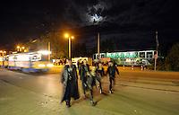 WGT 2013 - WGT-Besucher drängeln sich im Straßenbahn nach dem letzten Konzert auf der Agra.  Foto: Norman Rembarz