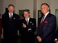 FILE - Le maire Jean Dore (M) et Ray Hnatyshin, Gouverneur-General du canada, Mai 1992