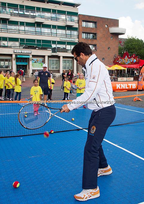 11-sept.-2013,Netherlands, Groningen,  Martini Plaza, Tennis, DavisCup Netherlands-Austria, Draw,   Street tennis on the market squire with Jean-Julien Rojer (NED)<br /> Photo: Henk Koster