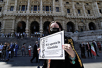 Avvocate e avvocati protestano davanti il palazzo di Giustizia