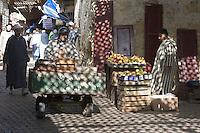 Afrique/Afrique du Nord/Maroc/Fèz: Médina de Fèz-El-Bali - Jeux de lumières sur l'étal d'un marchand de fruits et légumes dans le souk