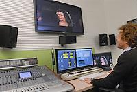 - Fastweb, main alternative operator in broadband telecommunications on fixed network in Italy; audio editing room....- Fastweb, principale operatore alternativo nelle telecomunicazioni a banda larga su rete fissa in Italia; sala di montaggio audio
