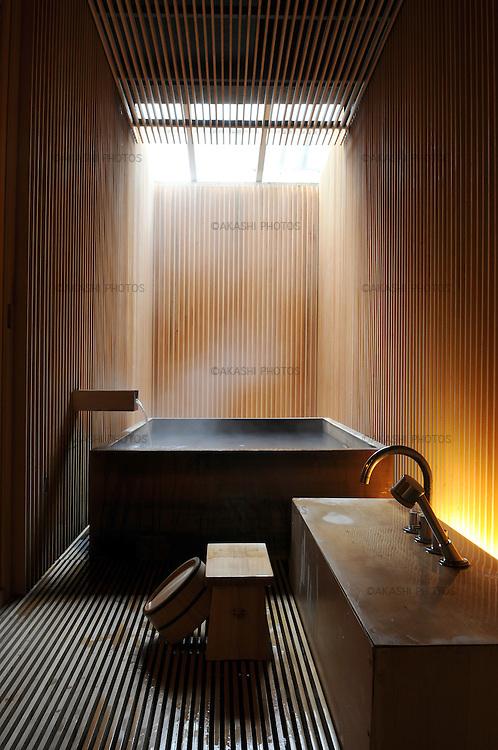 Bathroom at Fujiya Ryokan in Ginzan Onsen Village, traditional inn redesigned by the japanese architect Kengo Kuma in 2004. Yamagata, Japan.<br /> <br /> Salle de bains du Fujiya Ryokan dans le village de Ginzan Onsen, auberge traditionnelle repensée par l'architecte japonais Kengo Kuma en 2004. Yamagata, Japon.