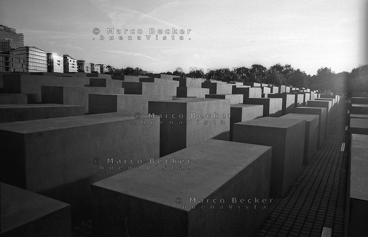 berlino, il Memoriale dell'Olocausto al quartiere mitte --- berlin, the holocaust memorial in mitte district