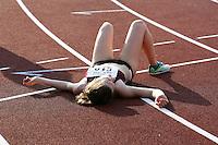 Eine Leichtathletin liegt nach ihrem Lauf erschöpft auf der Bahn. Foto: Jan Kaefer / aif