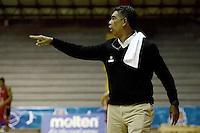 BOGOTÁ -COLOMBIA. 25-04-2014. José Tapias (I) entrenador de Piratas de Bogotá  gesticula durante partido contra Halcones de Cúcuta por la fecha 15 de la  Liga DirecTV de Baloncesto 2014-I de Colombia realizado en el coliseo El Salitre de Bogotá./ Jose Tapias coach of Piratas de Bogota gestures during match against Halcones de Cucuta for the 15th date of DirecTV Basketball League 2014-I in Colombia at El Salitre coliseum in Bogota. Photo: VizzorImage/ Gabriel Aponte / Staff