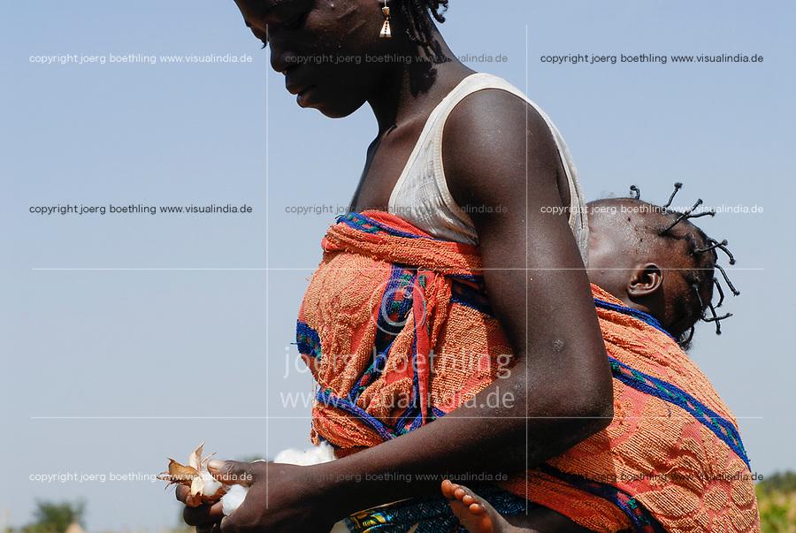 Burkina Faso, organic and fairtrade cotton, woman with her baby picking cotton by hand / Burkina Faso, Anbau von fairtrade und Biobaumwolle, Frau mit Baby bei Ernte