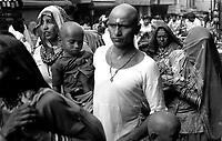 10.2005 Haridwar (Uttaranchal)<br /> <br /> Pilgrims walking in the street.<br /> <br /> Pèlerins en train de marcher dans la rue.