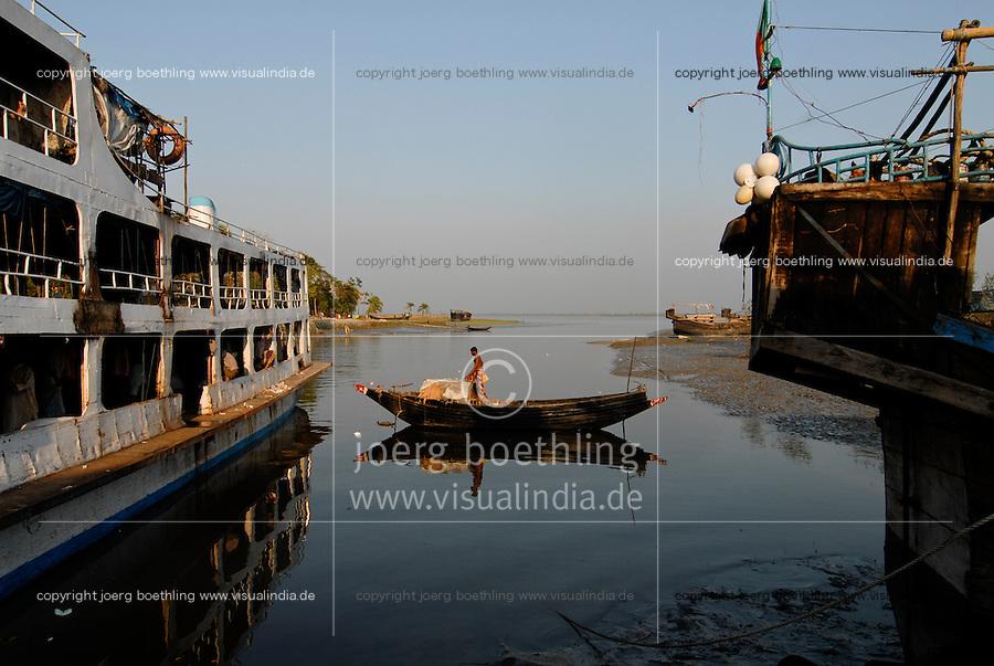 BANGLADESH Sharankhola, Rayenda, launch ghat at Balaswar River / BANGLADESCH Sharankhola, Rayenda, Schiffe am Balaswar Fluss