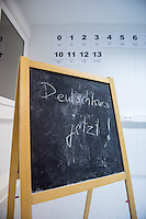 Hinweistafel fuer einen Deutschkurs in einer berliner Fluechtlingsunterkunft.<br /> 27.11.2015, Berlin<br /> Copyright: Christian-Ditsch.de<br /> [Inhaltsveraendernde Manipulation des Fotos nur nach ausdruecklicher Genehmigung des Fotografen. Vereinbarungen ueber Abtretung von Persoenlichkeitsrechten/Model Release der abgebildeten Person/Personen liegen nicht vor. NO MODEL RELEASE! Nur fuer Redaktionelle Zwecke. Don't publish without copyright Christian-Ditsch.de, Veroeffentlichung nur mit Fotografennennung, sowie gegen Honorar, MwSt. und Beleg. Konto: I N G - D i B a, IBAN DE58500105175400192269, BIC INGDDEFFXXX, Kontakt: post@christian-ditsch.de<br /> Bei der Bearbeitung der Dateiinformationen darf die Urheberkennzeichnung in den EXIF- und  IPTC-Daten nicht entfernt werden, diese sind in digitalen Medien nach §95c UrhG rechtlich geschuetzt. Der Urhebervermerk wird gemaess §13 UrhG verlangt.]