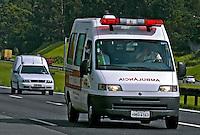 Ambulância na estrada. SP. Foto de Juca Martins.