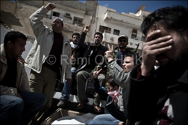 © Remi OCHLIK/IP3 -   Benghazi  March 20, 2011 - In a pick up truck libyan people take their body to the cimetery...Libyan men morn the dead in the morgue of the Benghazi hospital - At least 84 people, most of them are civilians , and had been killed in the Ghadafi air strike the day before.